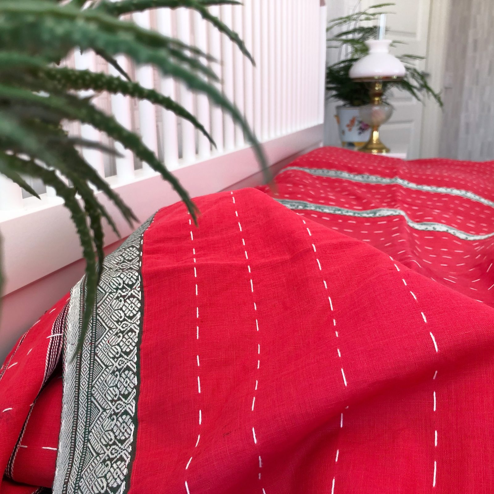 Indiskt överkast - röd - handgjort - inredning sovrum
