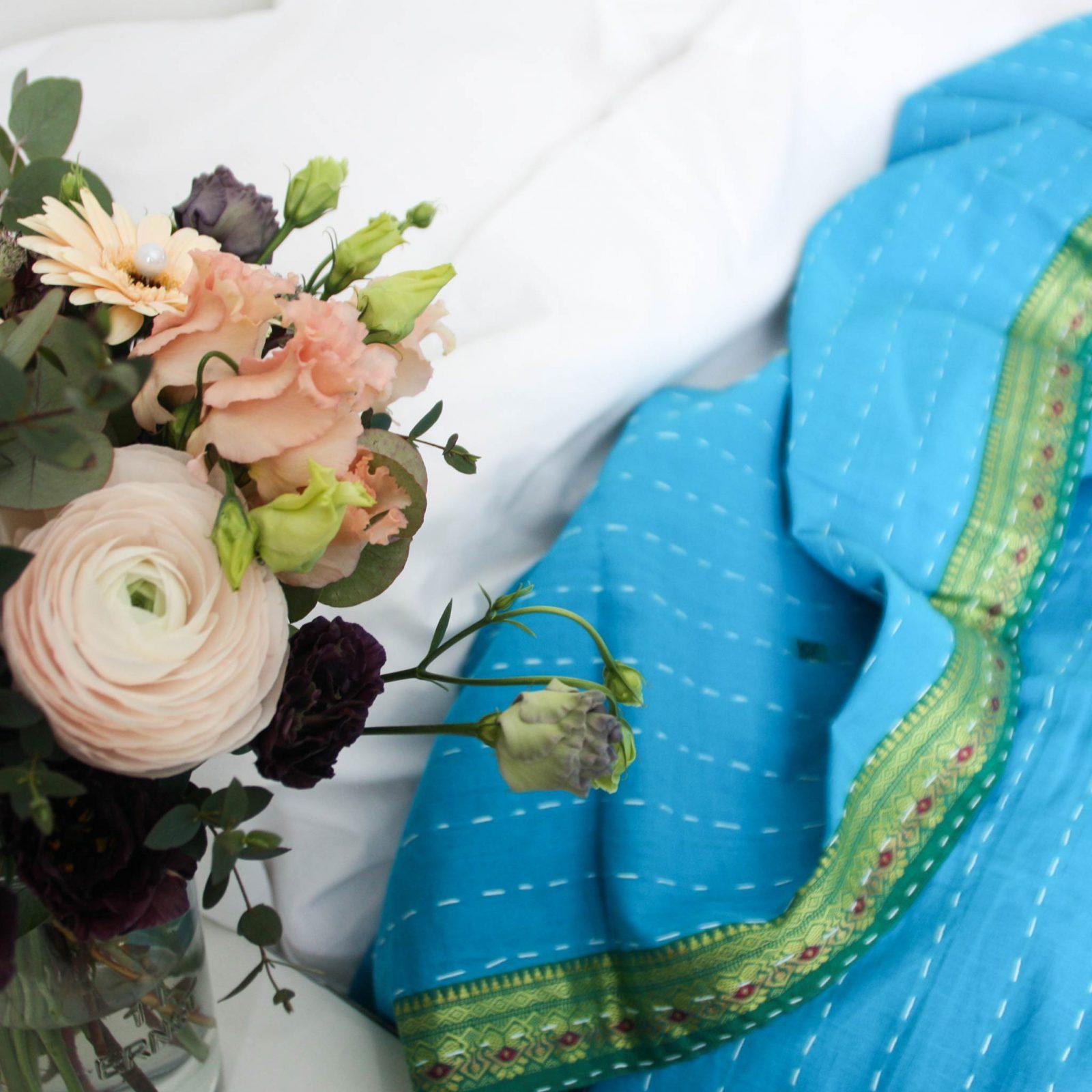 Indiskt överkast - handquiltat - färgstark design