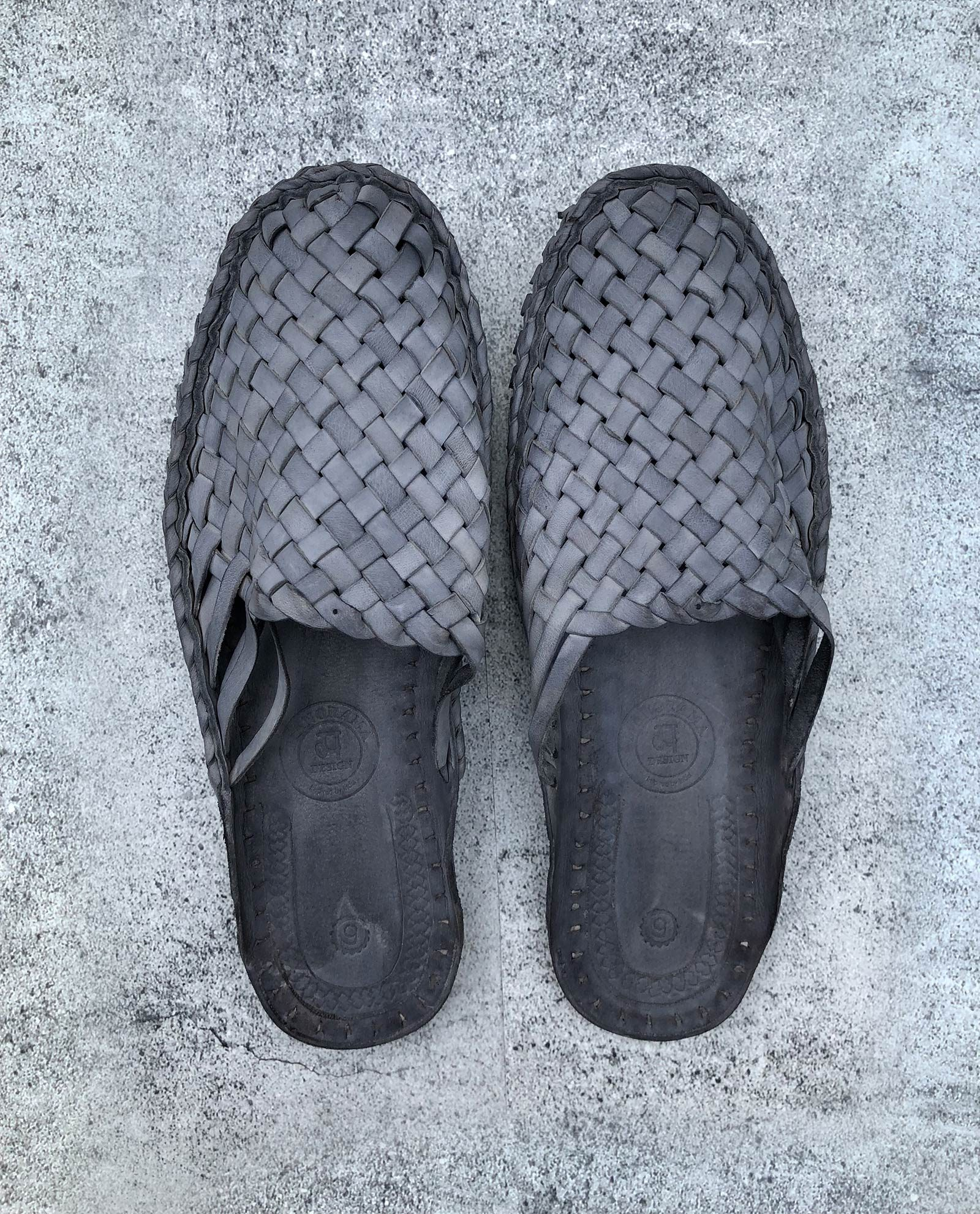 Indiska tofflor i läder - grå